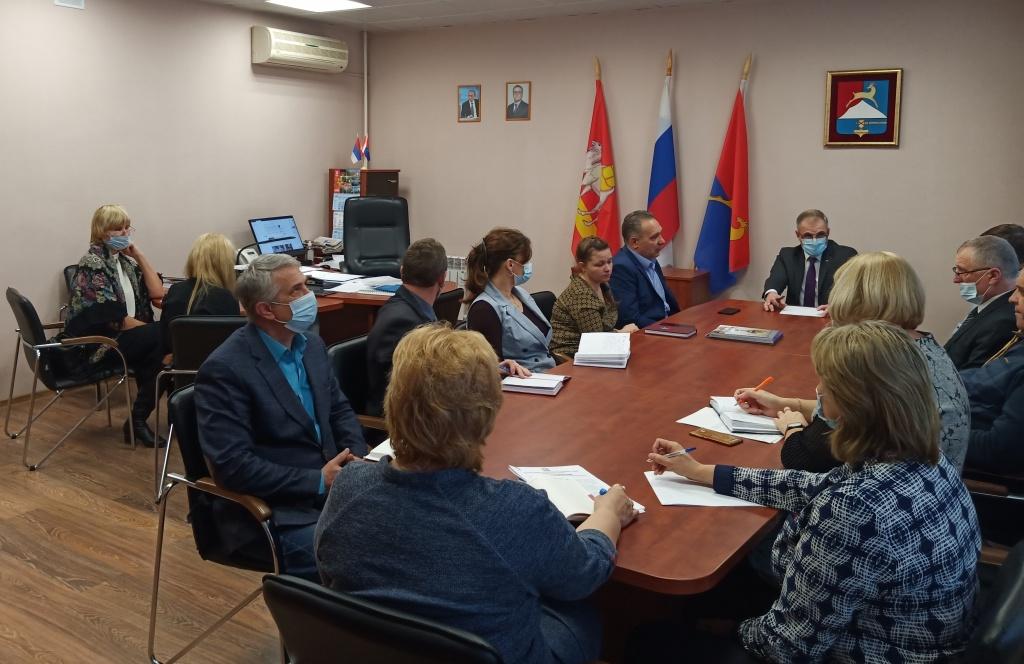 Глава Усть-Катавского городского округа Сергей Семков провел совещание по организации функционирования ледовых катков