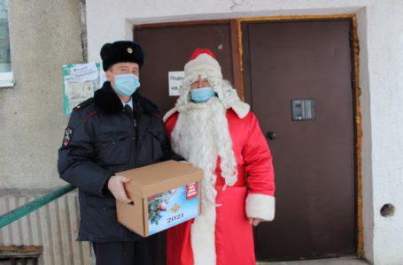 В Усть-Катаве полицейский Дед Мороз вручил подарки ветеранам ОВД и семьям сотрудников, погибших при исполнении служебных обязанностей