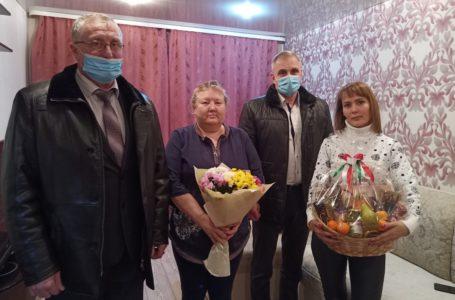 В Усть-Катаве вручили подарок от губернатора маме Героя России